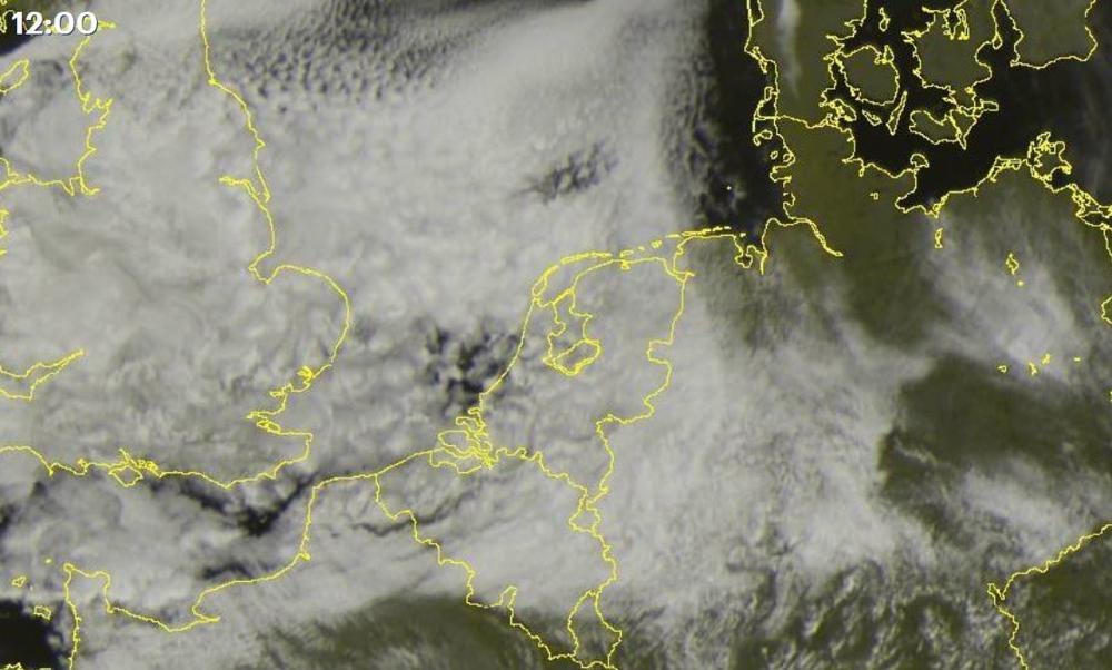 Aan de westkust een paar gaten, maar verder een gesloten (Noordzee)wolkendek boven Nederland en België