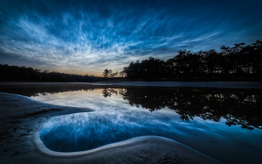 In de periode rondom de langste dag zijn bij helder weer soms lichtende nachtwolken te zien. In de korte periode dat het donker is zit de zon maar net verscholen onder de horizon en kan de wolken op 80 km hoogte nog beschijnen,