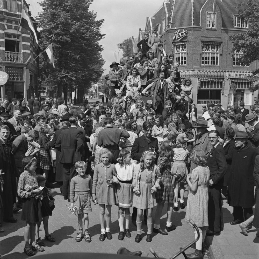 Vreugde in Hilversum over de bevrijding, 7 mei 1945. Fotograaf onbekend / Anefo