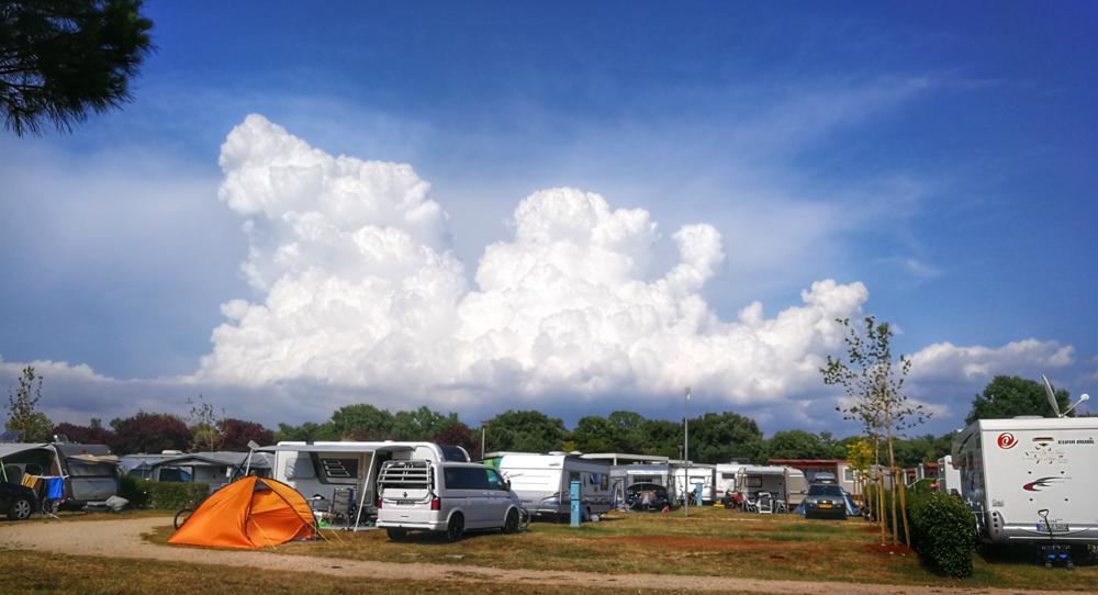 Reflector: enorme stralend witte stapelwolken (foto: Joyce Derksen)