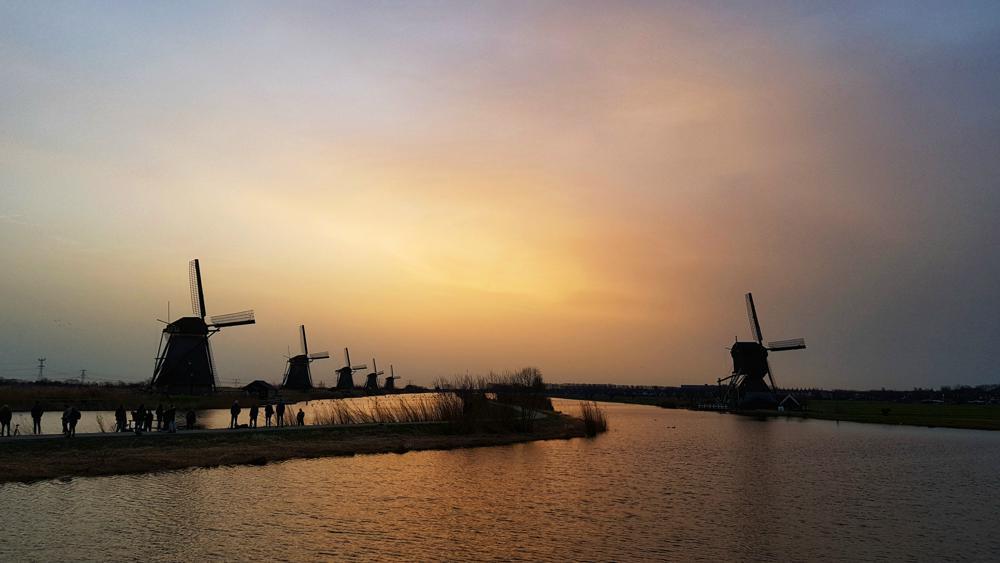 Weerfotografen stonden vanochtend en masse klaar in Kinderdijk om de zonsopkomst vast te leggen. (Bron: Rosalie Fernández)