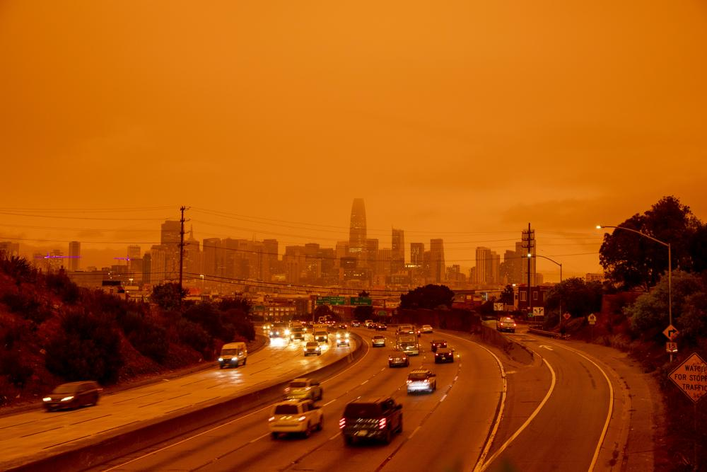De rook van de bosbranden zorgde voor buitenaardse luchten. Bron: ANP